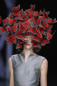 2 butterfly headdress of hand painted turkey feathers philip treacy for alexander mcqueen la dame bleu spring summer 2008 copyright anthea sims 1