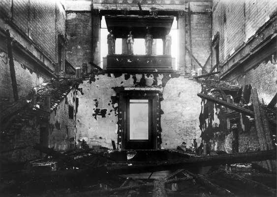 Image 2: The damaged staircase of the Neues Museum after the Second World War, eastward perspective of the Kore Hall. © Staatliche Museen zu Berlin, Zentralarchiv / Rosa Mai.