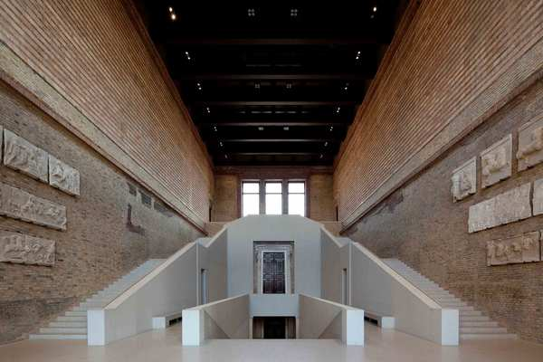 Image 4: The staircase of the Neues Museum, 2019, eastward perspective of the Kore Hall. © Staatliche Museen zu Berlin / Achim Kleuker.