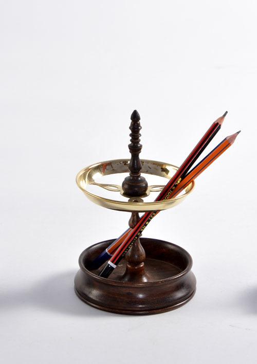 Sultan pen stand